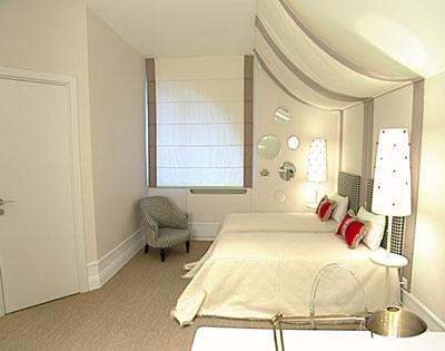 ...торце комнаты, рабочие места - под мансардным окном, а места хранения.